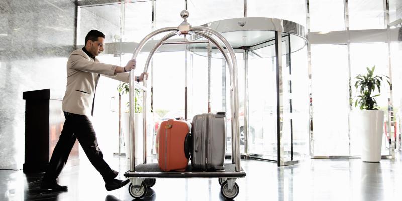 Кто носит вещи в отеле, как называется тот, кто носит вещи в отеле, носильщик вещей и багажа в отеле