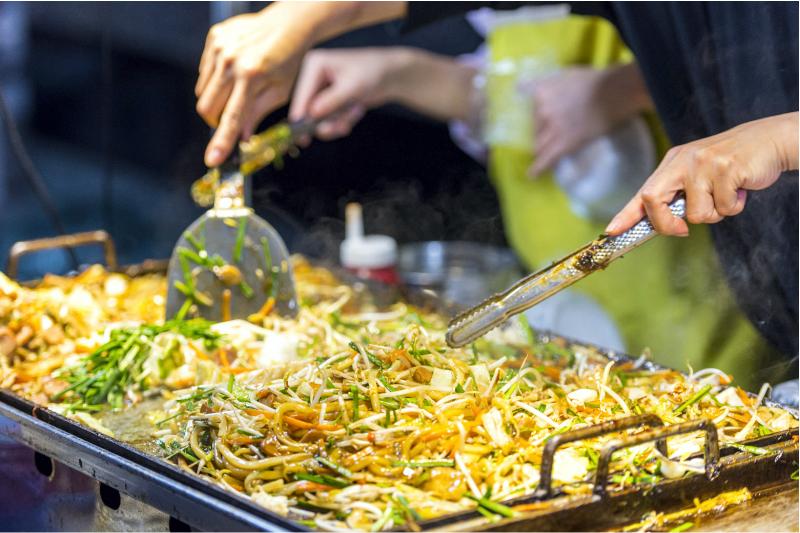 Рисовая тайская лапша, уличная еда
